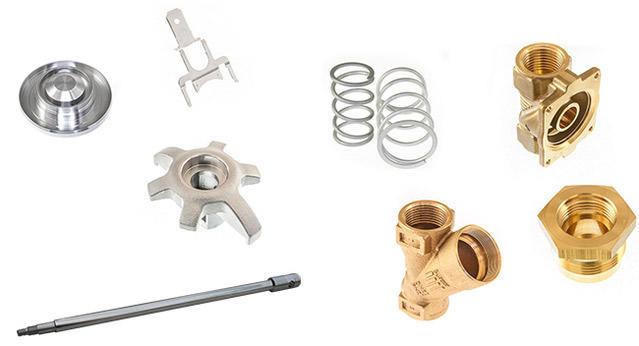 Verschiedene Metallgegenstände, wie z.B. Flansche, Spulen,.. auf weißem Hintergrund